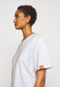 Victoria Victoria Beckham - RAINBOW - Print T-shirt - white - 4