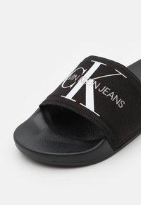 Calvin Klein Jeans - SLIDE MONOGRAM  - Matalakantaiset pistokkaat - black - 5