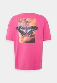 9N1M SENSE - BUTTERFLY CLOUDS UNISEX - T-shirt imprimé - azalea pink - 6