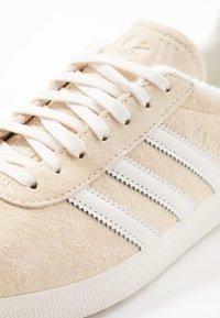 adidas Originals - GAZELLE - Joggesko - ecru tint/core white/footwear white - 5