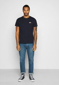 Tommy Jeans - CHEST LOGO TEE - T-shirt con stampa - twilight navy - 1