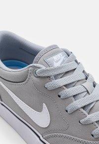 Nike SB - CHRON 2 UNISEX - Skateschoenen - wolf grey/white/black - 5