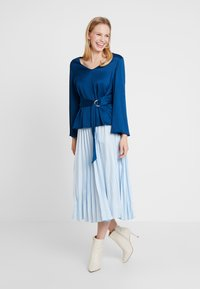 Cortefiel - BLOUSE WITH SIDE BOW DETAIL - Blouse - blues - 1