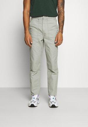 DARIEN TROUSERS - Kalhoty - sage green