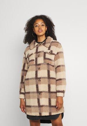 JDYELVIS TEDDY LONG JACKET  - Classic coat - nutmeg /beaver