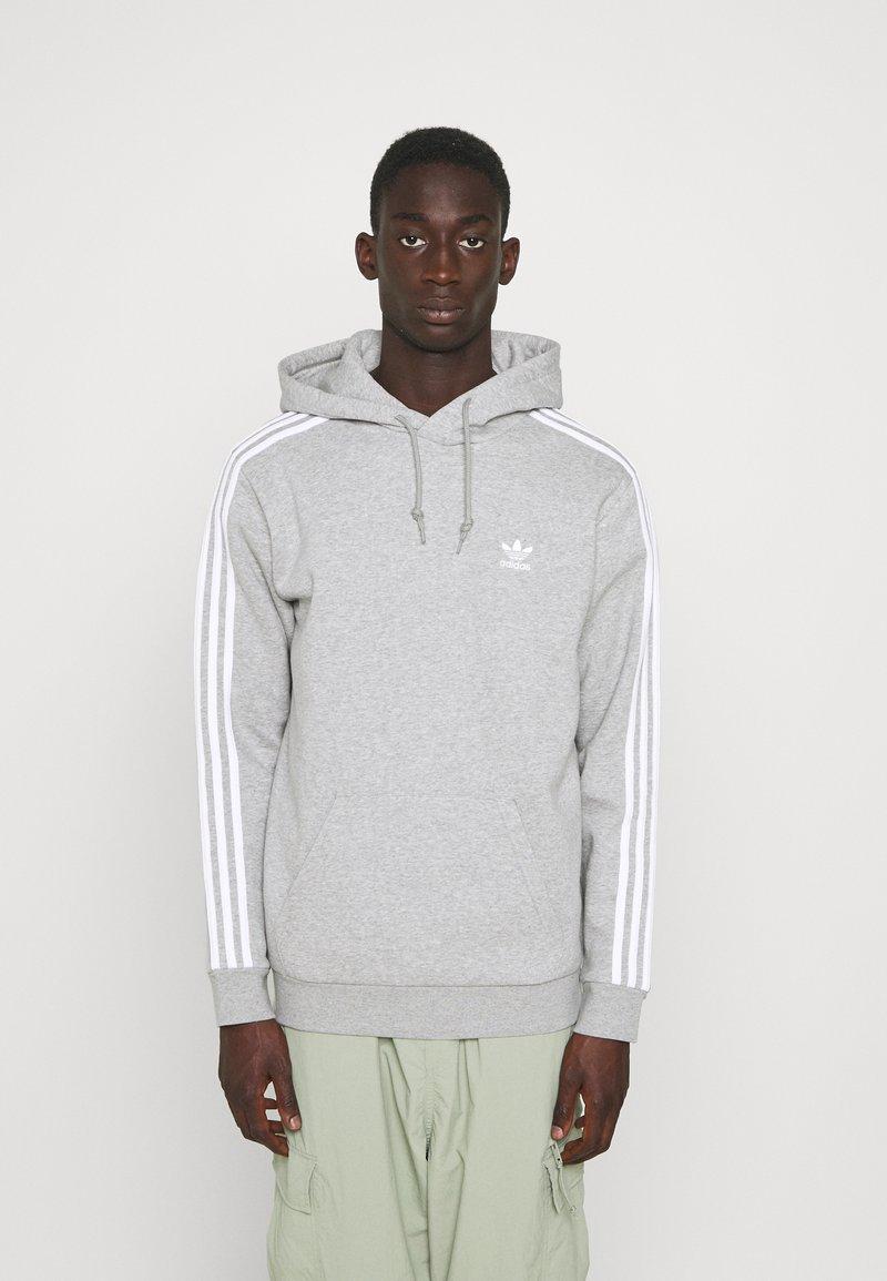 adidas Originals - 3-STRIPES HOODY ORIGINALS ADICOLOR SWEATSHIRT HOODIE - Felpa con cappuccio - medium grey heather