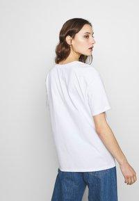 Desigual - DESIGNED BY MIRANDA MAKAROFF - T-shirts med print - blanco - 2