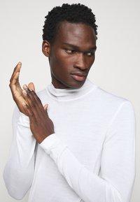 J.LINDEBERG - NEAL TURTLENECK - Stickad tröja - cloud white - 3