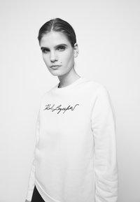 KARL LAGERFELD - SIGNATURE - Sweatshirt - white - 4
