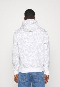 Nike Sportswear - CLUB HOODIE CAMO - Sweatshirt - summit white/white - 2