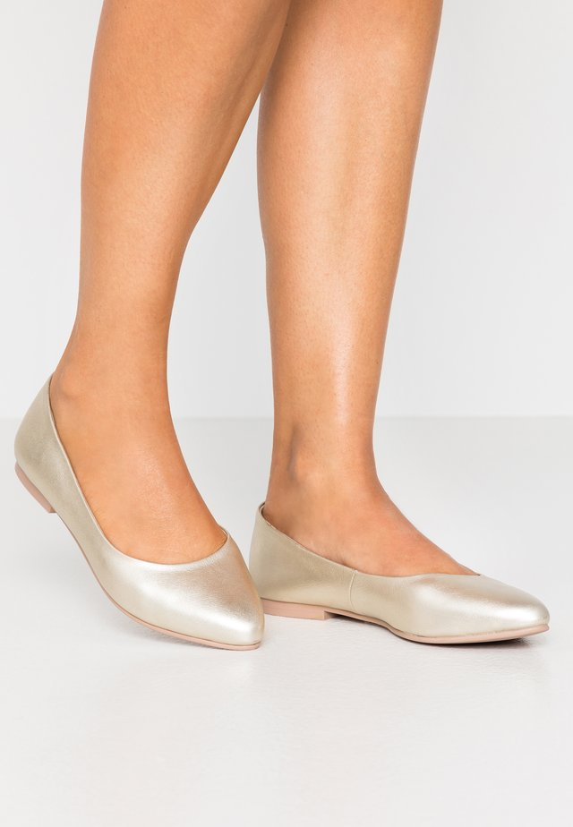 LEATHER BALLERINAS - Baleriny - gold