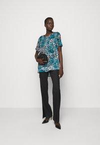DKNY - Print T-shirt - ivory gemstone/black/multi - 1