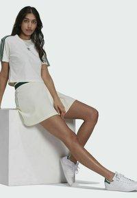 adidas Originals - TENNIS LUXE CROPPED ORIGINALS CROP - Print T-shirt - white - 6