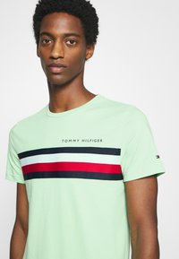 Tommy Hilfiger - GLOBAL STRIPE TEE - T-shirt z nadrukiem - green - 5