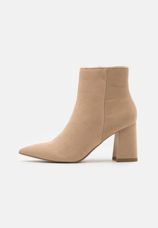 BASIC SLANTED HEEL BOOTS - Korte laarzen - beige
