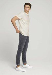 TOM TAILOR DENIM - Basic T-shirt - soft light beige - 1