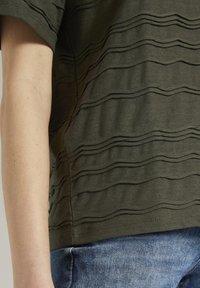 TOM TAILOR - TOM TAILOR T-SHIRT OVERSIZED-T-SHIRT MIT STRUKTURMUSTER - Print T-shirt - woodland green - 4
