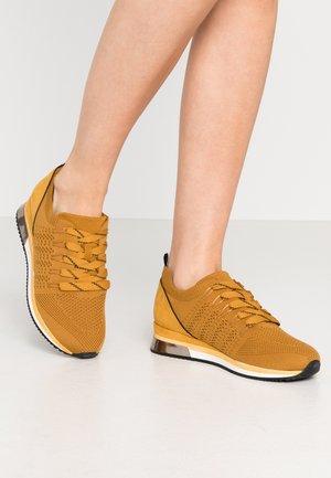 Sneakers laag - saffron
