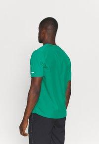 Nike Performance - MILER HYBRID - Printtipaita - neptune green/silver - 2