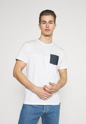 T-shirt con stampa - white base blue element design