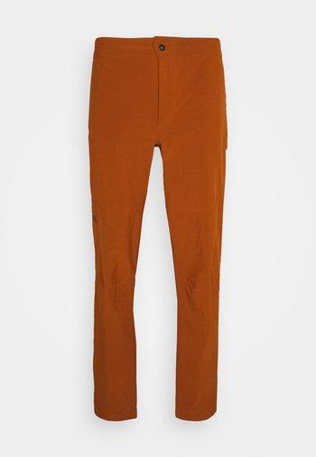 PARAMOUNT ACTIVE PANT - Trousers - caramel