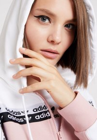 adidas Originals - TAPE TRACK HOODIE - Sweatjacke - white/pink spirit - 4