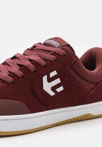 Etnies - MARANA - Skateschoenen - maroon/white - 5