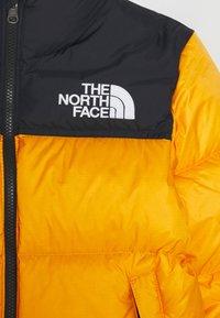 The North Face - RETRO NUPTSE UNISEX - Down jacket - summit gold - 2