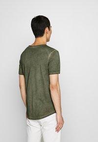 JOOP! Jeans - CLARK - Camiseta básica - dark green - 2