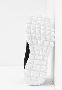 Skechers Wide Fit - GRACEFUL WIDE FIT - Zapatillas - black/white - 6