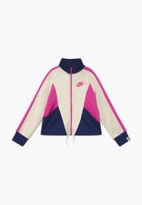 Nike Sportswear - G NSW HERITAGE FZ - Giacca sportiva - orewood/blue void/fire pink - 0