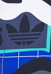 adidas Originals - TEE - T-shirt med print - tech indigo - 5