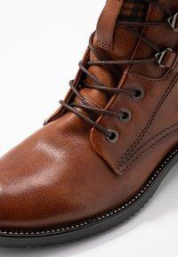 MJUS - Šněrovací kotníkové boty - brandy - 2