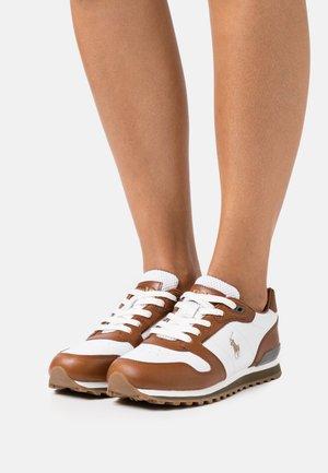 CLASSIC RUNR - Sneakersy niskie - white/saddle