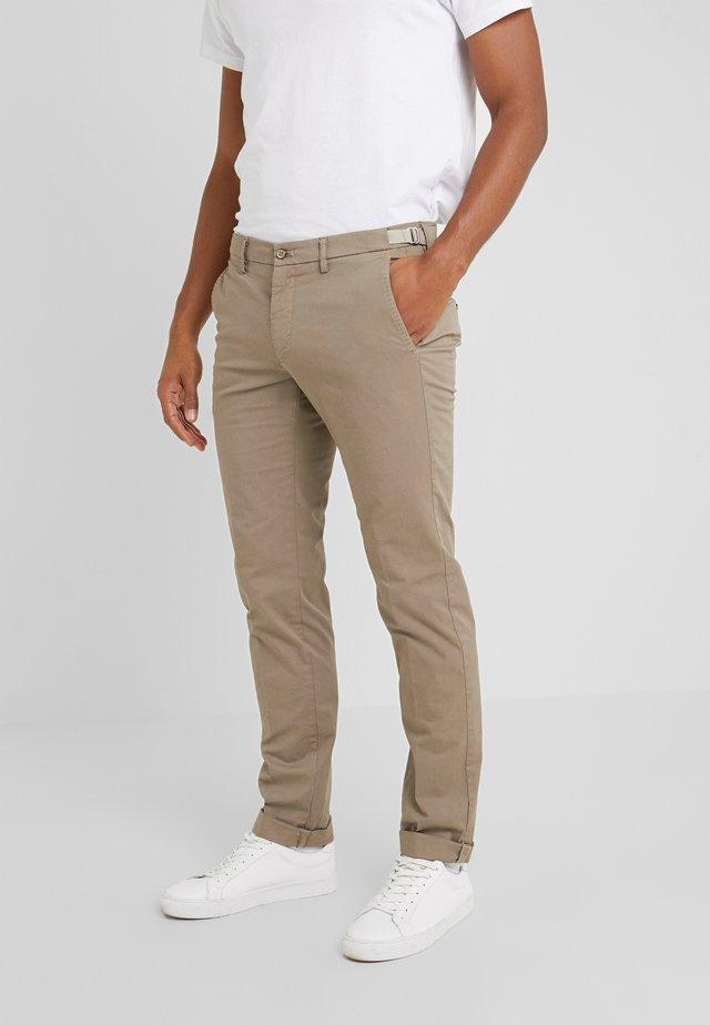 TORINO HAMPTON - Spodnie materiałowe - brown