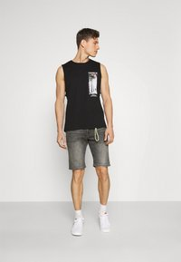 TOM TAILOR DENIM - REGULAR FIT - Denim shorts - grey denim - 1