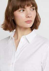 Tommy Hilfiger - HERITAGE SLIM FIT - Button-down blouse - classic white - 3