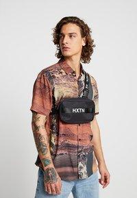 HXTN Supply - PRIME - Taška spříčným popruhem - black - 1