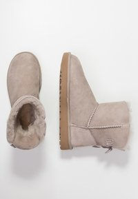 UGG - MINI BAILEY BOW - Korte laarzen - oyster