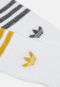 adidas Originals - MID CUT SOCK 2 PACK UNISEX - Ponožky - white/black/victory gold - 1