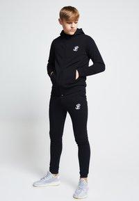 SIKSILK - ILLUSIVE LONDON  - Zip-up hoodie - black - 1