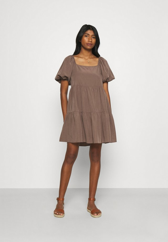 SANDRA SMOCK DRESS - Korte jurk - brown