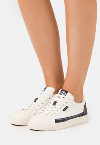 Tory Burch - CLASSIC COURT - Tenisky - ivory/perfect navy - 0