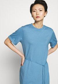 Filippa K - CREW NECK  DRESS - Žerzejové šaty - blue heaven - 5