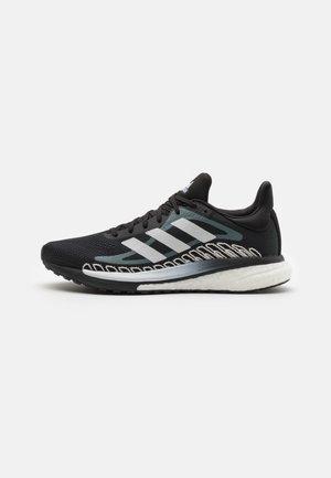 SOLAR GLIDE - Zapatillas de running estables - core black