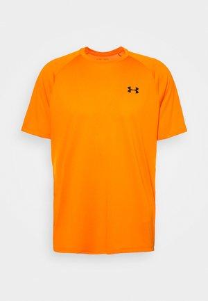 HEATGEAR TECH  - T-shirt med print - vibe orange