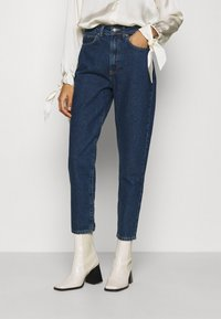 Anna Field - MOM FIT JEANS - Jeans Tapered Fit - blue denim - 0