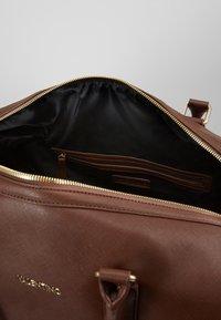 Valentino by Mario Valentino - FILIPPO - Weekend bag - moro - 5