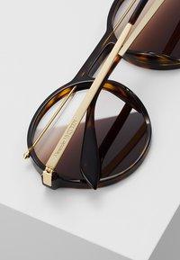 Alexander McQueen - Lunettes de soleil - havana brown - 5