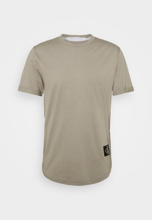 BADGE TURN UP SLEEVE - T-shirts - elephant skin